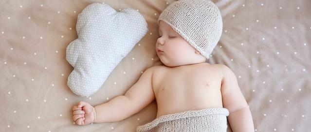 bebe durmiendo en su cuna